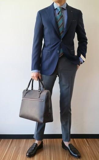 Cómo combinar una camisa de vestir de rayas verticales en blanco y azul: Elige una camisa de vestir de rayas verticales en blanco y azul y un pantalón de vestir gris para un perfil clásico y refinado. Mocasín de cuero negro son una opción práctica para completar este atuendo.
