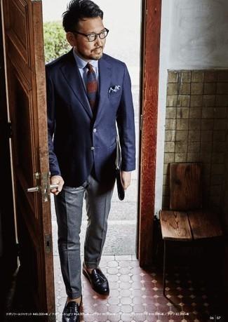 Un blazer de vestir con un mocasín con borlas negro: Ponte un blazer y un pantalón de vestir gris para rebosar clase y sofisticación. Mocasín con borlas negro son una opción inmejorable para complementar tu atuendo.