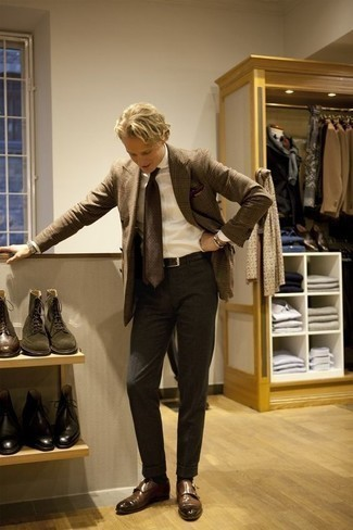 Cómo combinar unos zapatos con doble hebilla de cuero marrónes en verano 2020: Intenta combinar un blazer de tartán marrón con un pantalón de vestir en gris oscuro para rebosar clase y sofisticación. Zapatos con doble hebilla de cuero marrónes son una opción incomparable para complementar tu atuendo. ¡Nos gusta el look! Es una solución perfecta para tus jornadas de verano.