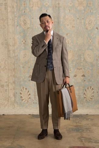 Cómo combinar un pantalón de vestir marrón: Considera ponerse un blazer de pata de gallo marrón y un pantalón de vestir marrón para rebosar clase y sofisticación. Mocasín con borlas de ante en marrón oscuro son una opción muy buena para completar este atuendo.