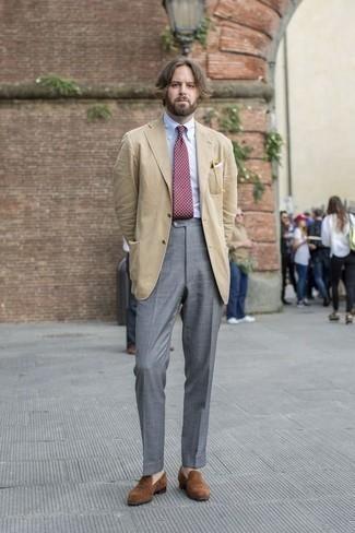 Cómo combinar una corbata a lunares burdeos: Utiliza un blazer marrón claro y una corbata a lunares burdeos para rebosar clase y sofisticación. Mocasín de ante marrón son una opción muy buena para completar este atuendo.