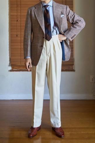 Cómo combinar un pantalón de vestir en beige: Accede a un refinado y elegante estilo con un blazer de tartán marrón y un pantalón de vestir en beige. Con el calzado, sé más clásico y completa tu atuendo con zapatos oxford de cuero marrónes.