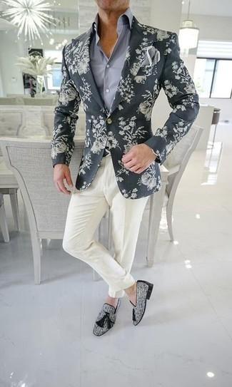 Cómo combinar un pañuelo de bolsillo gris: Casa un blazer estampado en gris oscuro junto a un pañuelo de bolsillo gris transmitirán una vibra libre y relajada. ¿Te sientes valiente? Opta por un par de mocasín con borlas de lona gris.