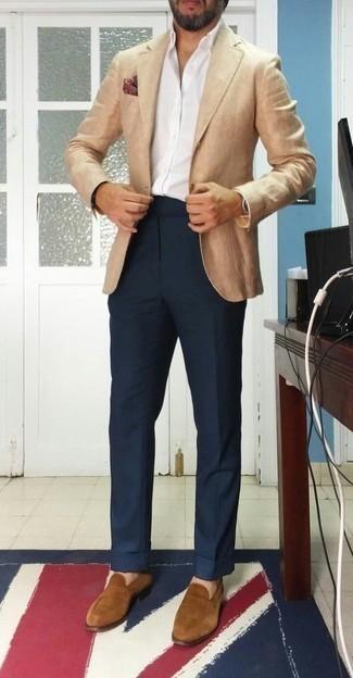Cómo combinar un pañuelo de bolsillo estampado burdeos: Intenta ponerse un blazer marrón claro y un pañuelo de bolsillo estampado burdeos transmitirán una vibra libre y relajada. ¿Te sientes ingenioso? Dale el toque final a tu atuendo con mocasín de ante marrón claro.