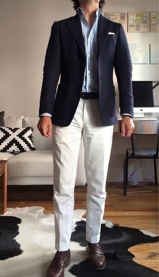 Cómo combinar una camisa de vestir de rayas verticales en blanco y azul: Considera ponerse una camisa de vestir de rayas verticales en blanco y azul y un pantalón de vestir blanco para rebosar clase y sofisticación. Mocasín de cuero en marrón oscuro son una opción atractiva para complementar tu atuendo.