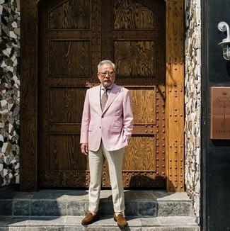 Cómo combinar un blazer rosado: Intenta combinar un blazer rosado junto a un pantalón de vestir en beige para un perfil clásico y refinado. Mocasín de ante marrón son una opción atractiva para completar este atuendo.