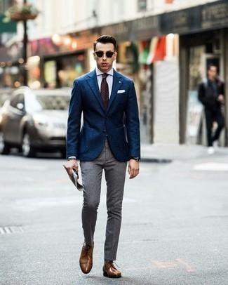 Cómo combinar una corbata a lunares en marrón oscuro: Ponte un blazer azul marino y una corbata a lunares en marrón oscuro para rebosar clase y sofisticación. Zapatos derby de cuero marrónes son una opción incomparable para completar este atuendo.