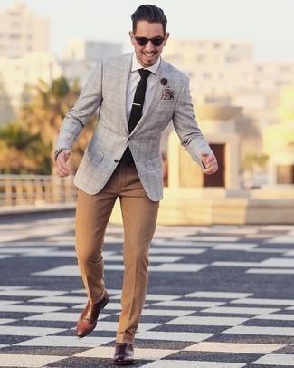 Cómo combinar una camisa de vestir: Empareja una camisa de vestir con un pantalón de vestir marrón claro para una apariencia clásica y elegante. Si no quieres vestir totalmente formal, completa tu atuendo con botines chelsea de cuero marrónes.