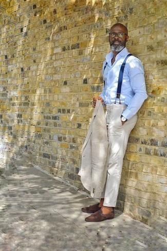 Cómo combinar una camisa de vestir para hombres de 50 años: Considera emparejar una camisa de vestir junto a un pantalón de vestir blanco para una apariencia clásica y elegante. Zapatos con doble hebilla de ante en marrón oscuro añadirán un nuevo toque a un estilo que de lo contrario es clásico.