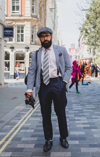 Cómo combinar una gorra inglesa gris: Usa un blazer de pata de gallo en blanco y azul marino y una gorra inglesa gris para un look agradable de fin de semana. ¿Te sientes valiente? Usa un par de zapatos con doble hebilla de cuero negros.