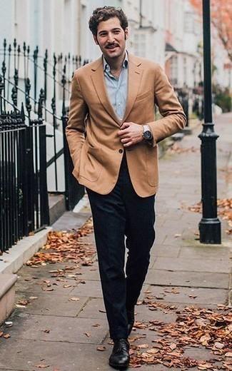 Cómo combinar un pantalón de vestir de lana azul marino: Emparejar un blazer marrón claro junto a un pantalón de vestir de lana azul marino es una opción grandiosa para una apariencia clásica y refinada. Zapatos derby de cuero negros son una opción práctica para completar este atuendo.