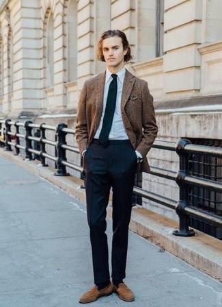 Cómo combinar un pantalón de vestir azul marino: Emparejar un blazer de tartán marrón junto a un pantalón de vestir azul marino es una opción excelente para una apariencia clásica y refinada. Mocasín de ante marrón claro son una opción atractiva para completar este atuendo.