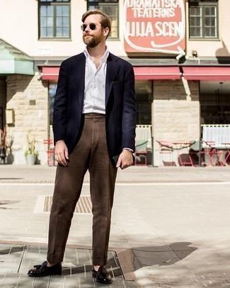 Cómo combinar un pantalón de vestir en marrón oscuro: Considera emparejar un blazer azul marino junto a un pantalón de vestir en marrón oscuro para un perfil clásico y refinado. Mocasín con borlas de cuero en marrón oscuro son una opción buena para complementar tu atuendo.