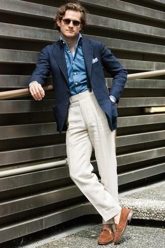 Cómo combinar unos tirantes azul marino: Emparejar un blazer azul marino junto a unos tirantes azul marino es una opción incomparable para el fin de semana. ¿Te sientes valiente? Complementa tu atuendo con mocasín de ante marrón.