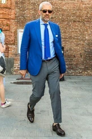 Cómo combinar un blazer azul: Considera emparejar un blazer azul con un pantalón de vestir gris para una apariencia clásica y elegante. ¿Por qué no añadir zapatos brogue de cuero morado oscuro a la combinación para dar una sensación más relajada?