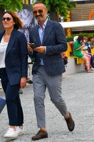 Cómo combinar una camisa de vestir con un pantalón de vestir: Empareja una camisa de vestir junto a un pantalón de vestir para rebosar clase y sofisticación. ¿Quieres elegir un zapato informal? Opta por un par de zapatos derby de cuero en marrón oscuro para el día.