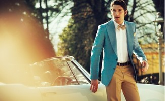 Cómo combinar: blazer en turquesa, camisa de vestir blanca, pantalón de vestir en tabaco, corbatín a lunares marrón claro