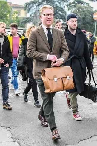 Cómo combinar un blazer a cuadros marrón: Opta por un blazer a cuadros marrón y un pantalón de vestir verde oscuro para una apariencia clásica y elegante. Zapatos derby de cuero marrónes son una opción muy buena para completar este atuendo.