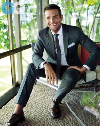Considera emparejar un blazer en gris oscuro junto a un pantalón de vestir en gris oscuro para una apariencia clásica y elegante. Si no quieres vestir totalmente formal, haz zapatos brogue de cuero en marrón oscuro tu calzado.