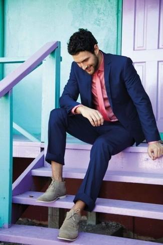 Ponte un blazer azul marino y un pantalón de vestir azul marino para rebosar clase y sofisticación. Para el calzado ve por el camino informal con botas safari de ante grises.