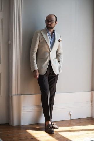 Cómo combinar un pañuelo de bolsillo estampado en marrón oscuro: Ponte un blazer en beige y un pañuelo de bolsillo estampado en marrón oscuro para un look agradable de fin de semana. Dale onda a tu ropa con mocasín con borlas de cuero tejido en marrón oscuro.