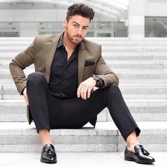 Cómo combinar una camisa de vestir negra: Usa una camisa de vestir negra y un pantalón de vestir negro para un perfil clásico y refinado. Mocasín con borlas de cuero negro contrastarán muy bien con el resto del conjunto.