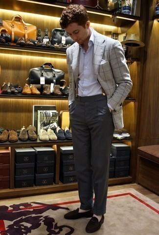 Cómo combinar un mocasín de ante en marrón oscuro: Ponte un blazer a cuadros gris y un pantalón de vestir en gris oscuro para rebosar clase y sofisticación. Mocasín de ante en marrón oscuro son una opción estupenda para completar este atuendo.