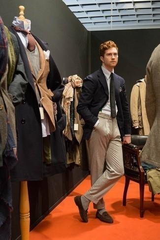 Un blazer de vestir con un pantalón de vestir en beige: Utiliza un blazer y un pantalón de vestir en beige para una apariencia clásica y elegante. Completa el look con mocasín de ante marrón.