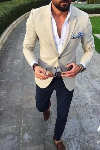 Cómo combinar un pañuelo de bolsillo estampado celeste: Emparejar un blazer en beige con un pañuelo de bolsillo estampado celeste es una opción perfecta para el fin de semana. Usa un par de mocasín de cuero en marrón oscuro para mostrar tu inteligencia sartorial.