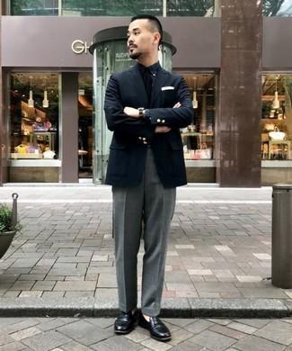 Cómo combinar una camisa de vestir de tartán azul marino: Empareja una camisa de vestir de tartán azul marino con un pantalón de vestir gris para un perfil clásico y refinado. Mocasín de cuero negro son una opción perfecta para complementar tu atuendo.