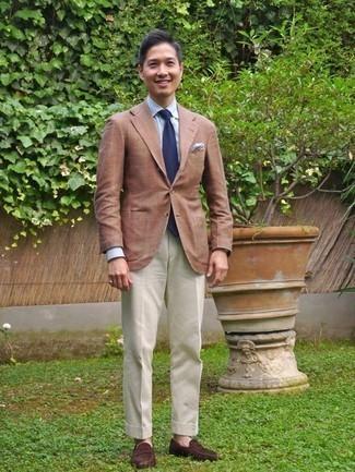 Cómo combinar un mocasín de ante en marrón oscuro: Empareja un blazer marrón claro con un pantalón de vestir blanco para un perfil clásico y refinado. Mocasín de ante en marrón oscuro son una opción incomparable para complementar tu atuendo.