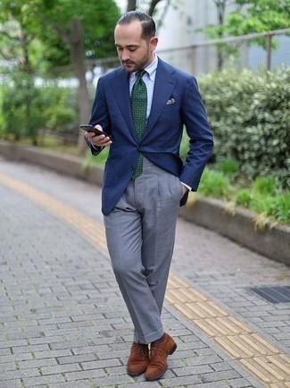 Cómo combinar unos calcetines marrónes: Intenta ponerse un blazer azul marino y unos calcetines marrónes para un look agradable de fin de semana. Dale un toque de elegancia a tu atuendo con un par de zapatos oxford de ante marrónes.