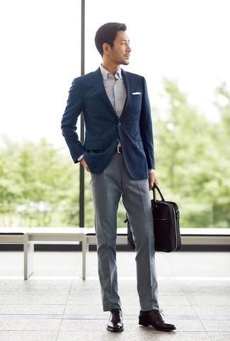Cómo combinar unos zapatos de vestir: Emparejar un blazer azul marino con un pantalón de vestir gris es una opción inmejorable para una apariencia clásica y refinada. Elige un par de zapatos de vestir para mostrar tu inteligencia sartorial.