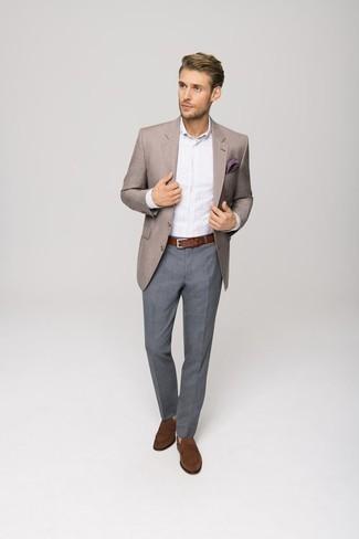 Cómo combinar una camisa de vestir de rayas verticales blanca: Equípate una camisa de vestir de rayas verticales blanca con un pantalón de vestir gris para un perfil clásico y refinado. Mocasín de ante marrón son una opción muy buena para complementar tu atuendo.
