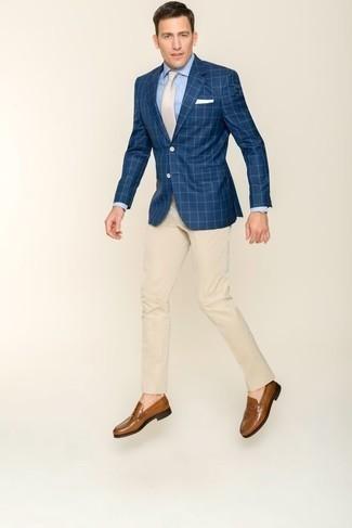 Cómo combinar un blazer a cuadros azul marino: Emparejar un blazer a cuadros azul marino junto a un pantalón de vestir en beige es una opción atractiva para una apariencia clásica y refinada. Mocasín de cuero marrón son una opción inmejorable para completar este atuendo.