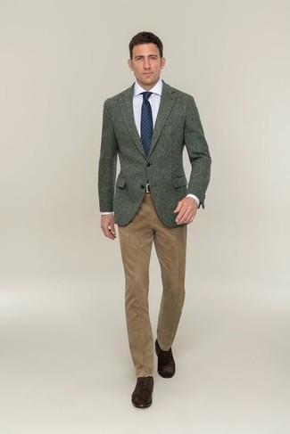 Cómo combinar una chaqueta en clima cálido: Opta por una chaqueta y un pantalón de vestir marrón claro para un perfil clásico y refinado. Con el calzado, sé más clásico y elige un par de zapatos oxford de ante en marrón oscuro.