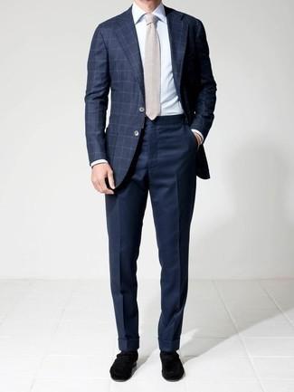 Cómo combinar un blazer a cuadros azul marino: Emparejar un blazer a cuadros azul marino junto a un pantalón de vestir azul marino es una opción práctica para una apariencia clásica y refinada. Mocasín de terciopelo negro son una opción muy buena para complementar tu atuendo.