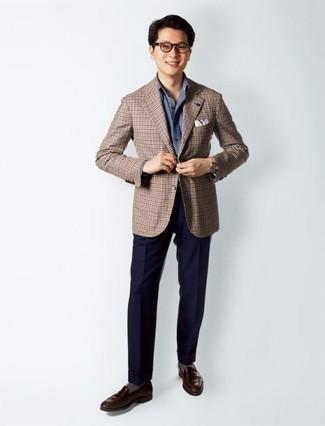 Cómo combinar un blazer a cuadros marrón: Considera emparejar un blazer a cuadros marrón con un pantalón de vestir azul marino para rebosar clase y sofisticación. Mocasín de cuero en marrón oscuro son una opción excelente para completar este atuendo.
