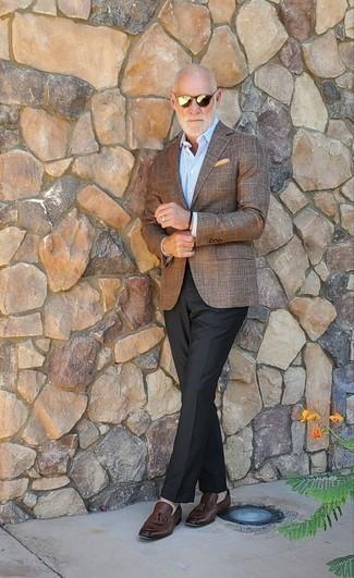 Cómo combinar un blazer a cuadros marrón: Haz de un blazer a cuadros marrón y un pantalón de vestir negro tu atuendo para rebosar clase y sofisticación. Mocasín con borlas de cuero en marrón oscuro son una opción buena para complementar tu atuendo.