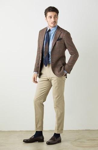 Cómo combinar un mocasín de cuero en marrón oscuro: Equípate un blazer de pata de gallo marrón junto a un pantalón de vestir en beige para rebosar clase y sofisticación. Mocasín de cuero en marrón oscuro son una opción buena para completar este atuendo.