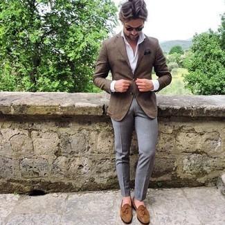 Cómo combinar un blazer marrón: Haz de un blazer marrón y un pantalón de vestir gris tu atuendo para rebosar clase y sofisticación. Mocasín con borlas de ante marrón claro son una opción muy buena para complementar tu atuendo.