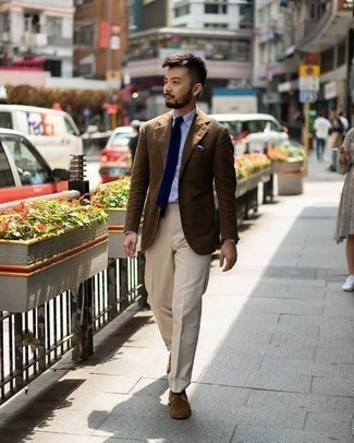 Cómo combinar un blazer marrón: Emparejar un blazer marrón junto a un pantalón de vestir en beige es una opción perfecta para una apariencia clásica y refinada. Un par de zapatos derby de ante marrónes se integra perfectamente con diversos looks.