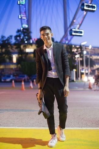Cómo combinar un corbatín: Empareja un blazer en gris oscuro junto a un corbatín transmitirán una vibra libre y relajada. Un par de zapatillas altas de lona blancas se integra perfectamente con diversos looks.
