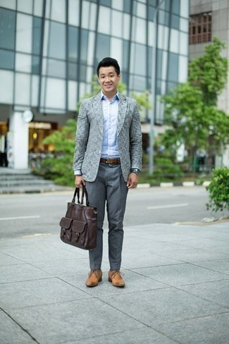 Cómo combinar una correa: Emparejar un blazer gris junto a una correa es una opción grandiosa para el fin de semana. Con el calzado, sé más clásico y elige un par de zapatos derby de cuero marrón claro.