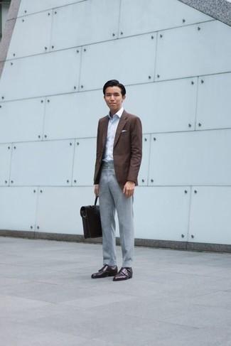 Cómo combinar un blazer marrón: Considera emparejar un blazer marrón junto a un pantalón de vestir gris para una apariencia clásica y elegante. Zapatos con doble hebilla de cuero en marrón oscuro son una opción buena para completar este atuendo.