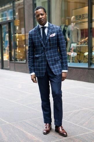 Moda para hombres de 40 años: Emparejar un blazer de tartán azul marino con un pantalón de vestir azul marino es una opción muy buena para una apariencia clásica y refinada. Mocasín con borlas de cuero marrón son una opción muy buena para complementar tu atuendo.