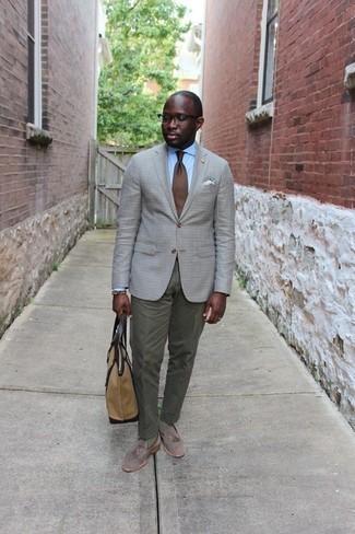 Cómo combinar una bolsa tote de lona marrón claro: Un blazer a cuadros gris y una bolsa tote de lona marrón claro son una opción muy buena para el fin de semana. Opta por un par de mocasín con borlas de ante gris para mostrar tu inteligencia sartorial.