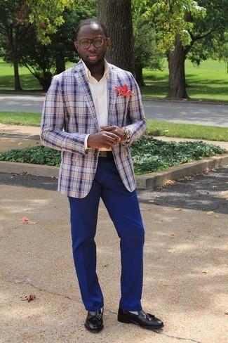 Cómo combinar un pantalón de vestir azul: Casa un blazer de tartán en blanco y azul marino con un pantalón de vestir azul para una apariencia clásica y elegante. Mocasín con borlas de cuero negro son una opción muy buena para complementar tu atuendo.
