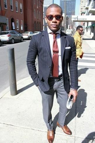 Cómo combinar un mocasín de cuero marrón: Ponte un blazer de rayas verticales en gris oscuro y un pantalón de vestir gris para rebosar clase y sofisticación. Mocasín de cuero marrón son una opción excelente para complementar tu atuendo.