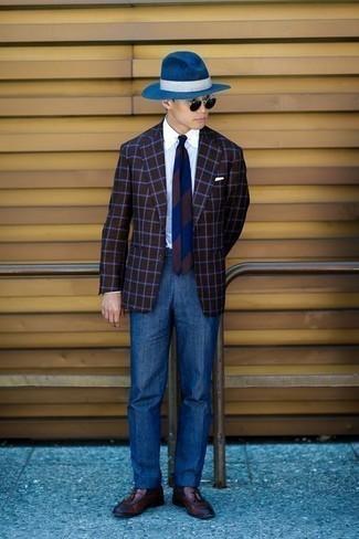 Cómo combinar un pantalón de vestir azul: Opta por un blazer a cuadros en marrón oscuro y un pantalón de vestir azul para una apariencia clásica y elegante. Mocasín con borlas de cuero marrón son una opción buena para complementar tu atuendo.